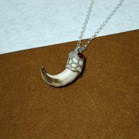 Amoladera de jabalí montada en plata de ley joyas cinegéticas