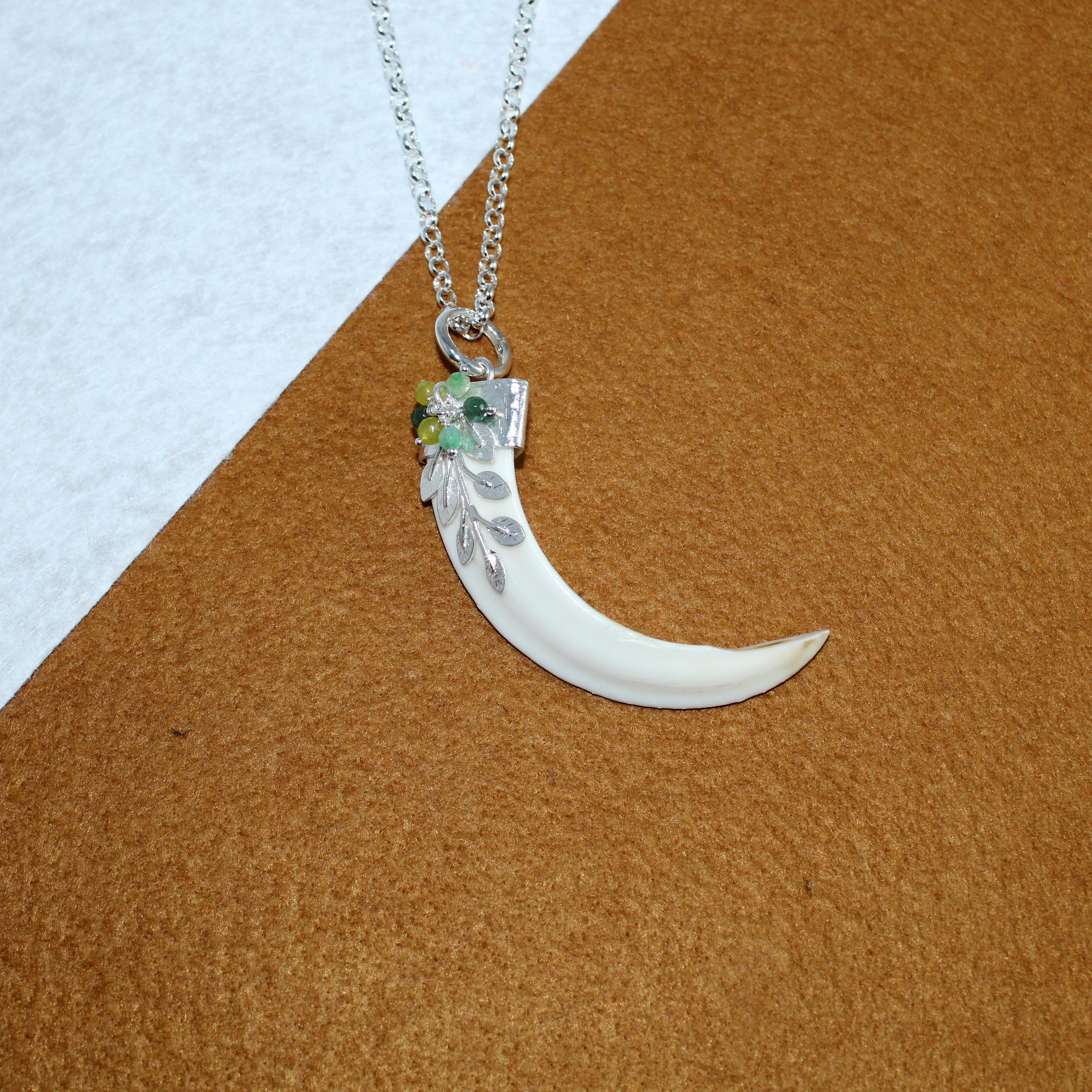 Colmillo de jabalí montado en plata 925 con detalle de hojas y ágatas joyas de caza
