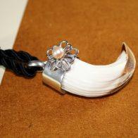 Colgante amoladera de jabalí, en plata de ley 925 con flor y perla