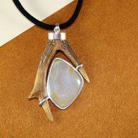 Colgante cuerno de corzo en plata de ley y ágata drusa