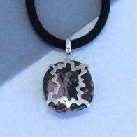Colgante con mariposa en plata 925 y rodonita. Pieza única
