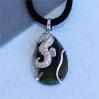 Colgante con caballito de mar en plata 925 y ágata verde en forma de pera