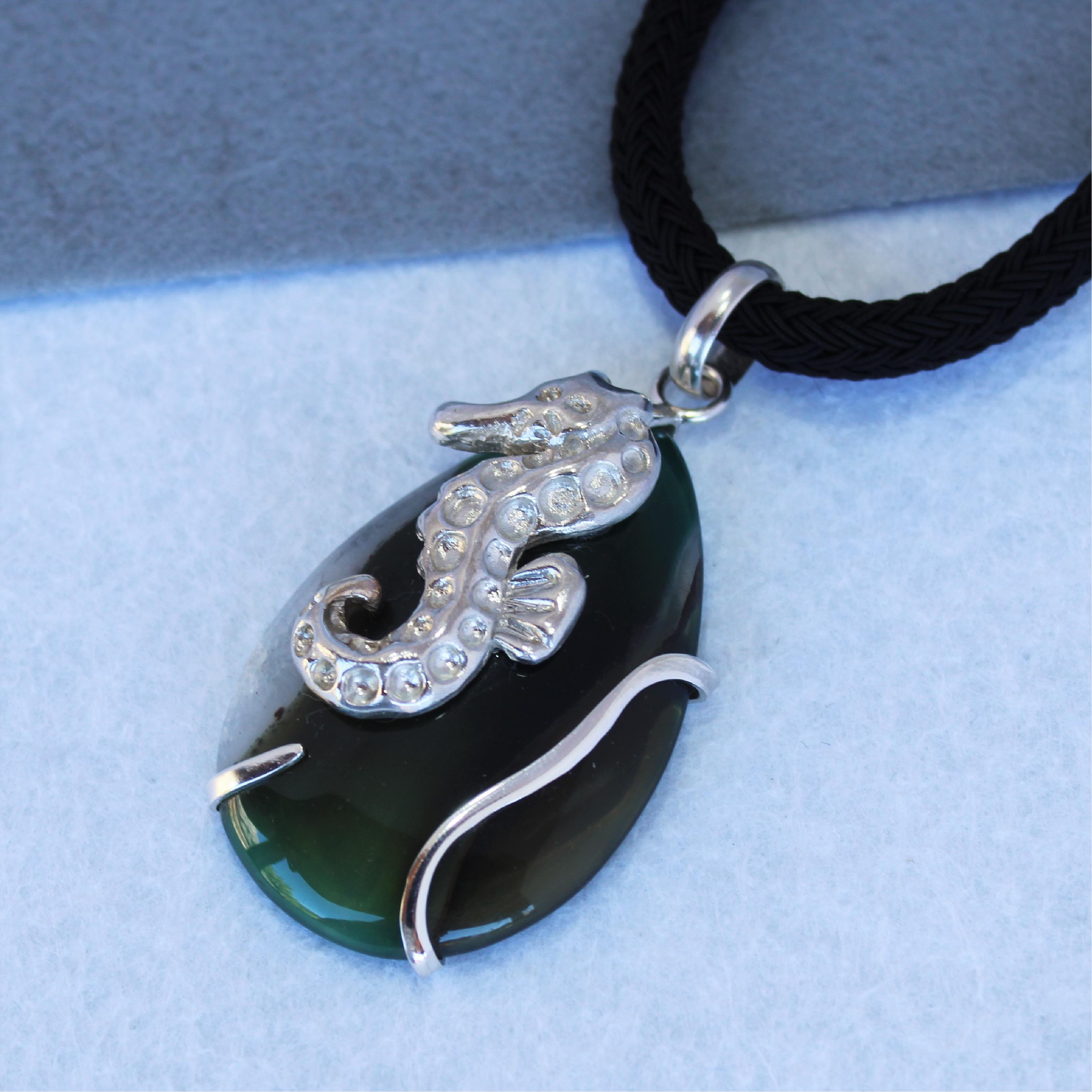 Colgante pieza única, caballito de mar en plata de ley 925 y ágata verde