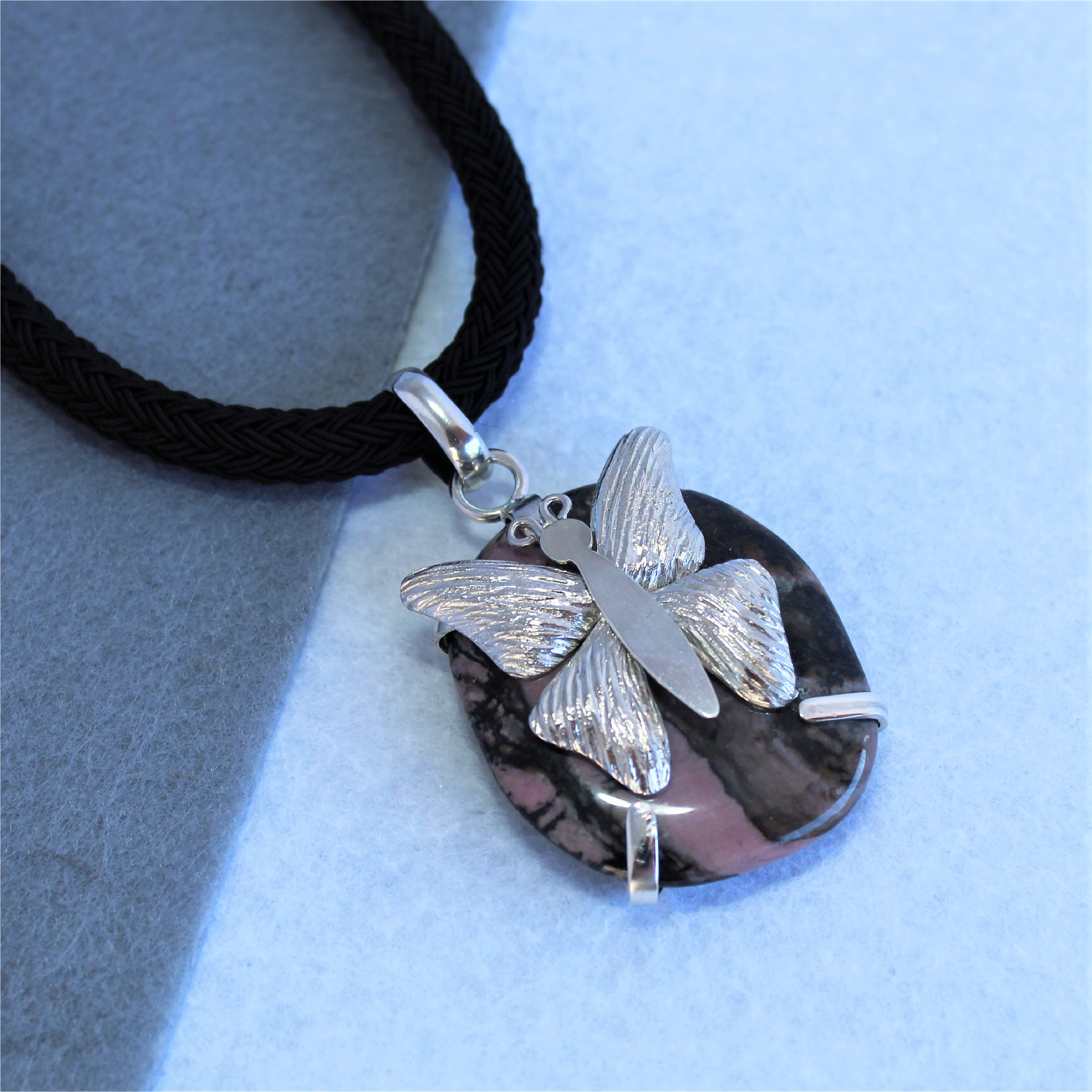 Colgante pieza única con mariposa de plata 925 y rodonita