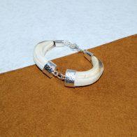 Brazalete montado en plata de ley con dos amoladeras naturales de jabalí joyas de caza