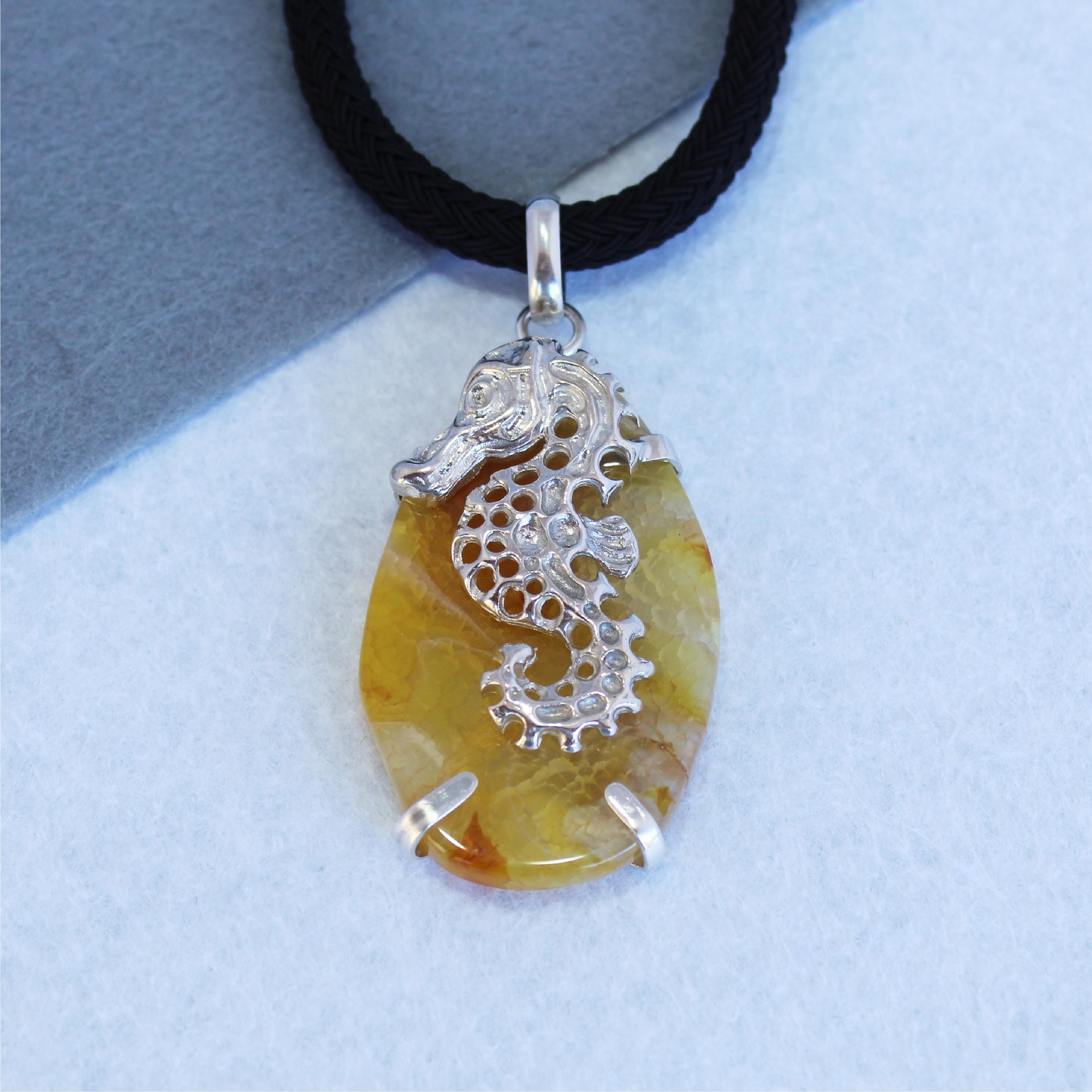 Colgante con ágata amarillo y caballito de mar en plata de ley 925. Pieza única