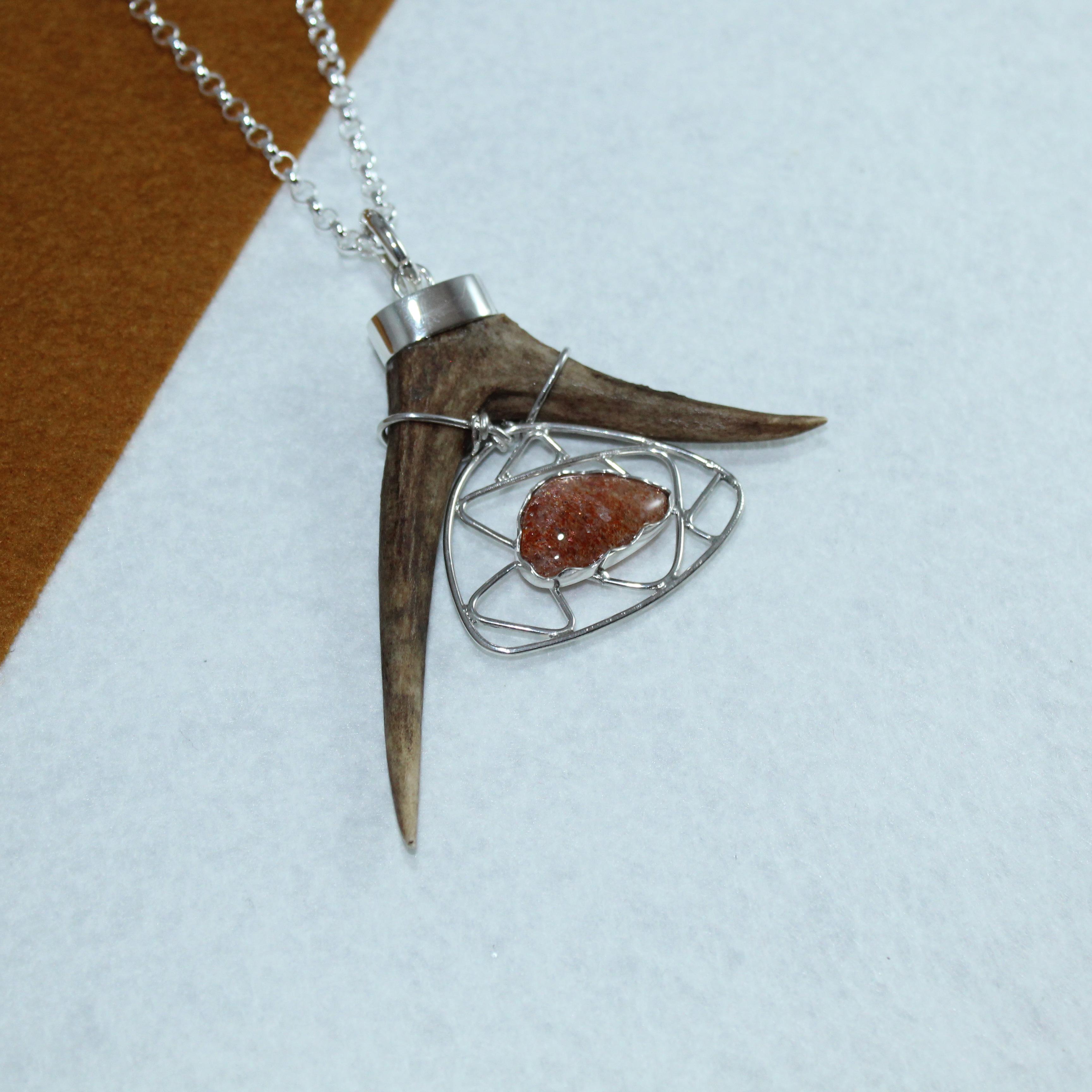 Colgante con punta d ecuerno de corzo montada en plata 925 y adularia, joyas de caza