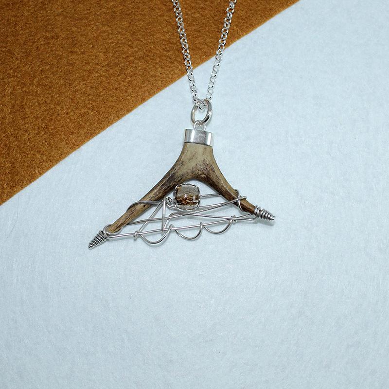 Colgante con punta de cuerno de corzo, montado en plata 925 y cuarzo joyas cinegéticas