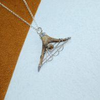 Colgante pieza única, montada en plata de ley con punta de cuerno y cuarzo, exclusivo Quela joyas