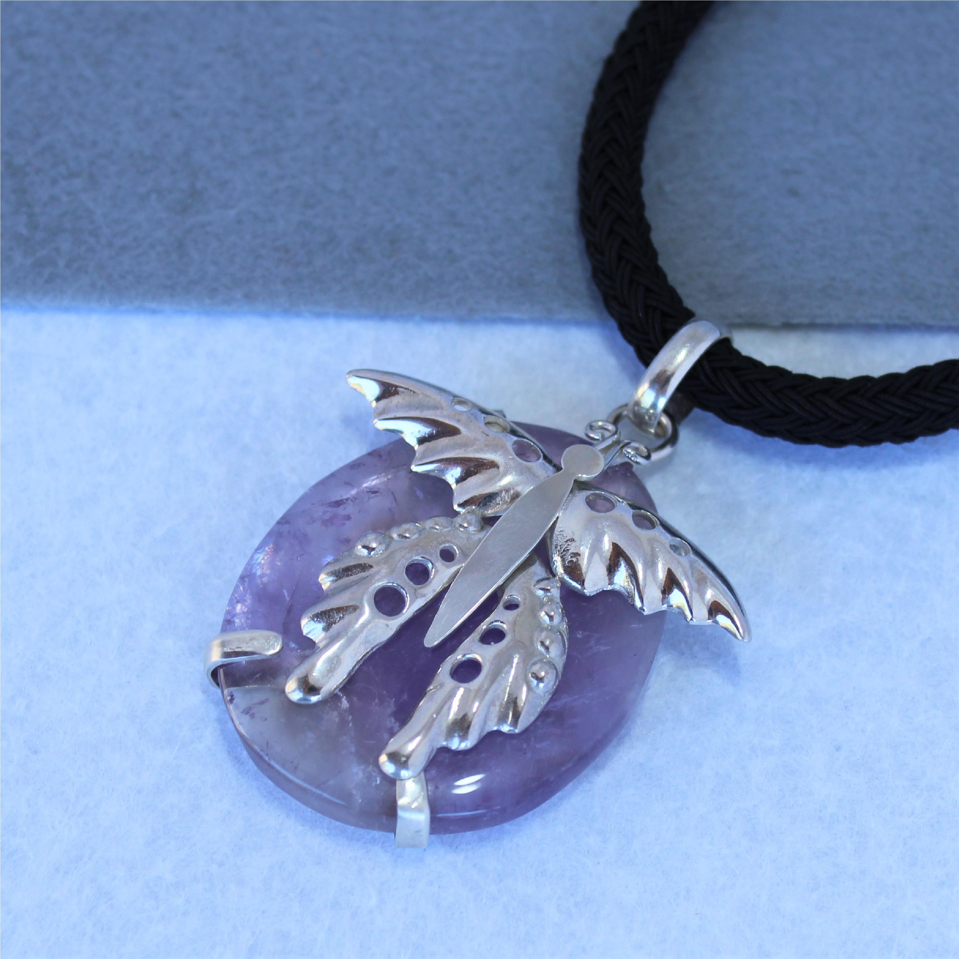 Pieza única realizada en plata de ley con mariposa y amatista. Exclisivo de Quela