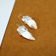 Pendientes de gancho realizados en plata de ley 925 y dientes de jabalina