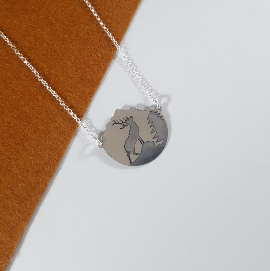 gargantilla en plata de ley 925 con paisaje y silueta de venado