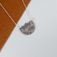 gargantilla de plata 925 con paisaje y silueta de jabalí