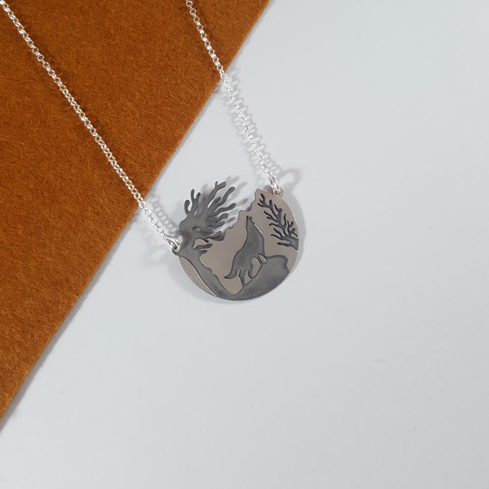 gargantilla en plata de ley 925 con paisaje y silueta de lobo