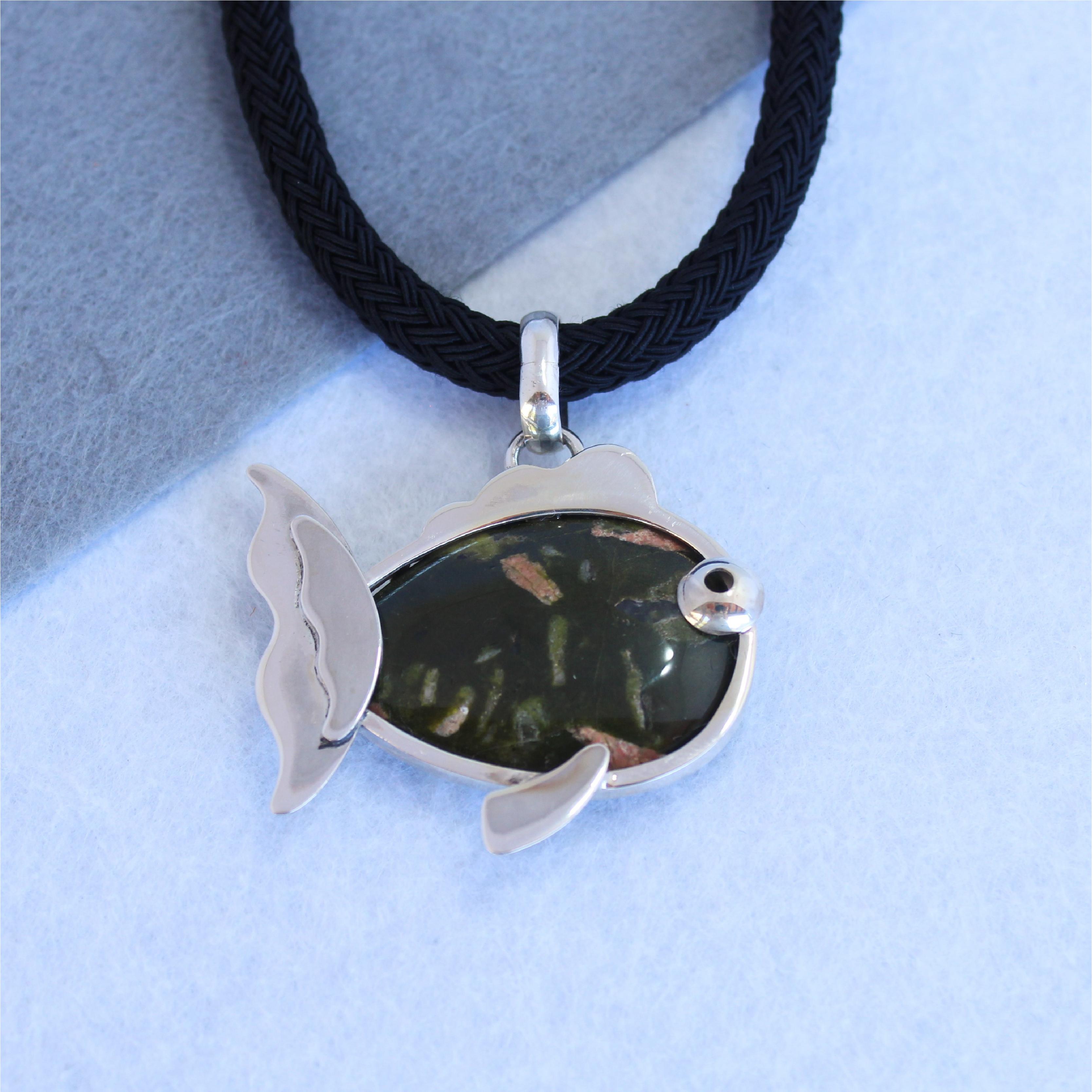 Colgante con forma de pez en plata de ley y cuerpo de unakita. Pieza única