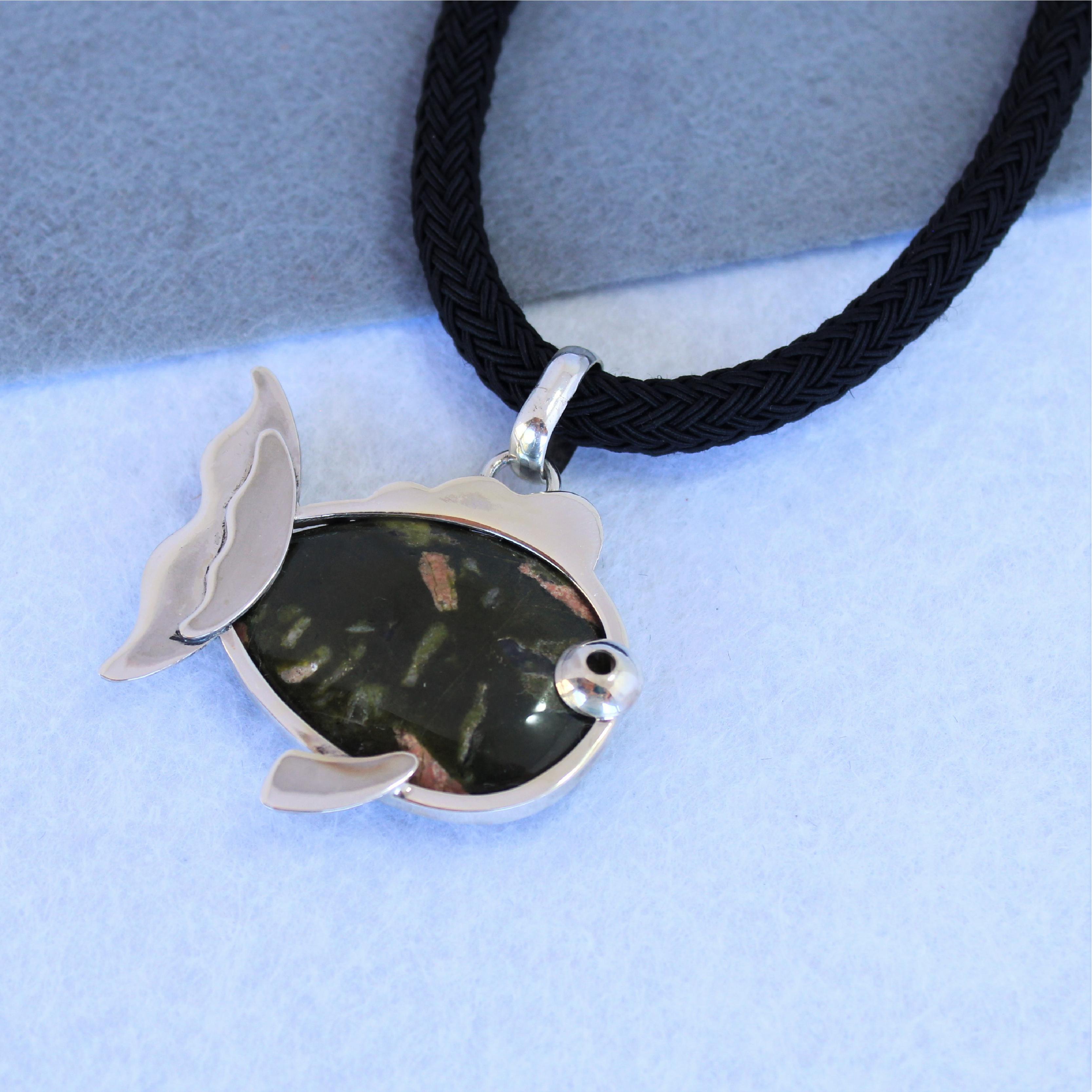 Colgante pez, realizado en plata de ley con unakita. Exclusi de Quela