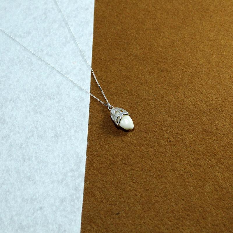 Colgante con cadena en plata de ley, perla de venado Quela joyas