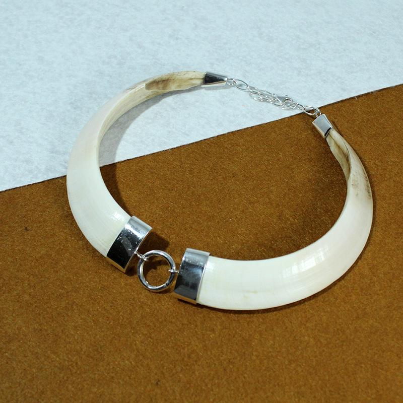 Gargantilla montada en plata de ley con dos colmillos naturales de jabalí exclusivo Quela joyas