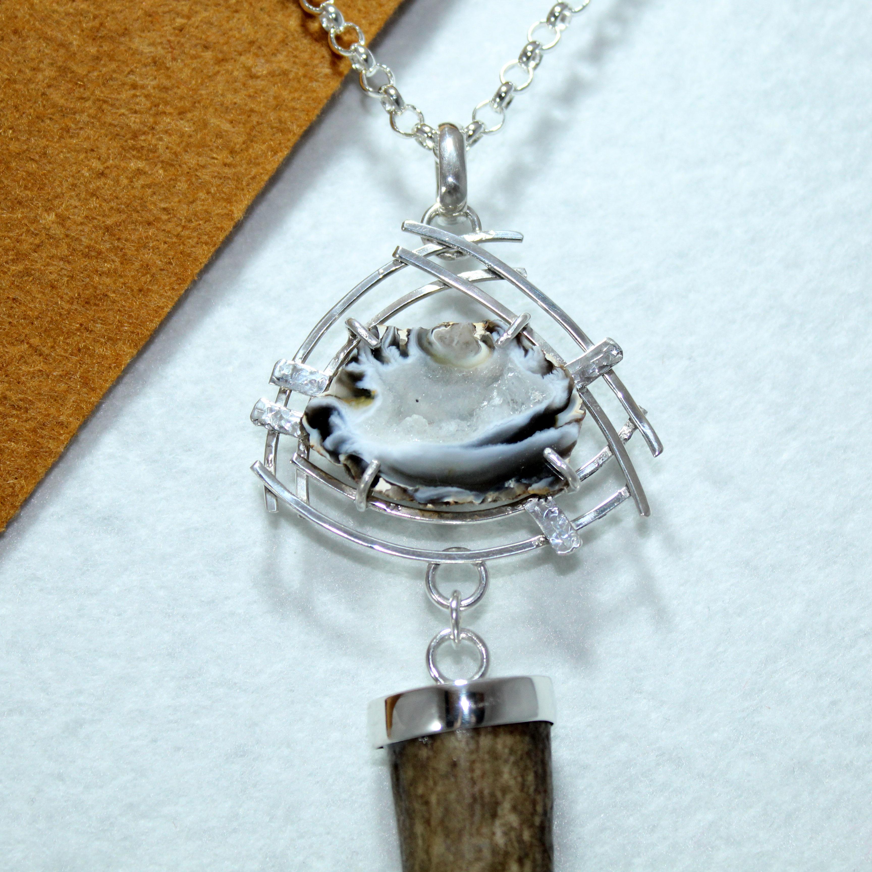 Colgante con geoda y cuerno de venado engarzado en plata 925 joyas cinegéticas
