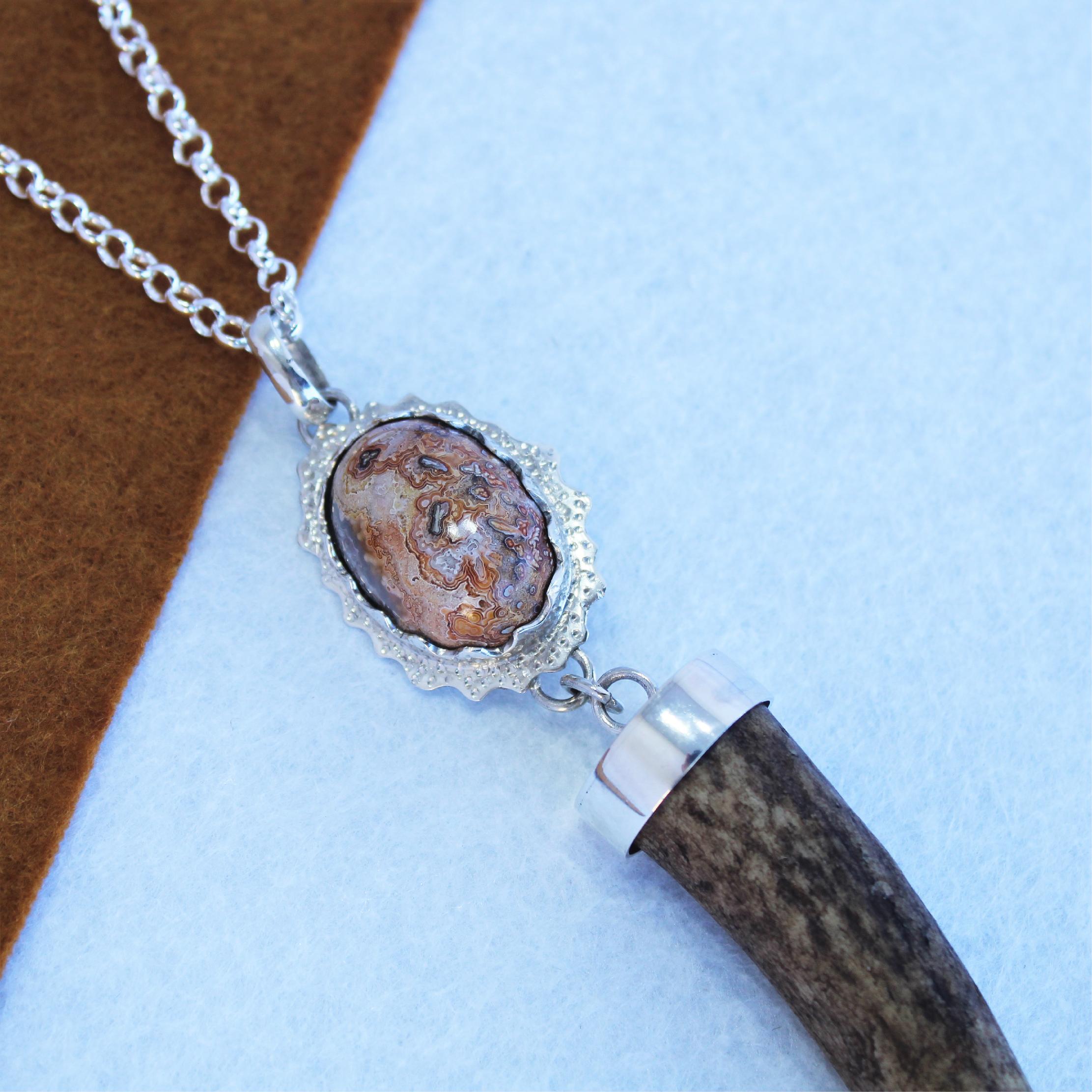Colgante único en plata 925 con ágata oval y punta de venado, joya cinegética