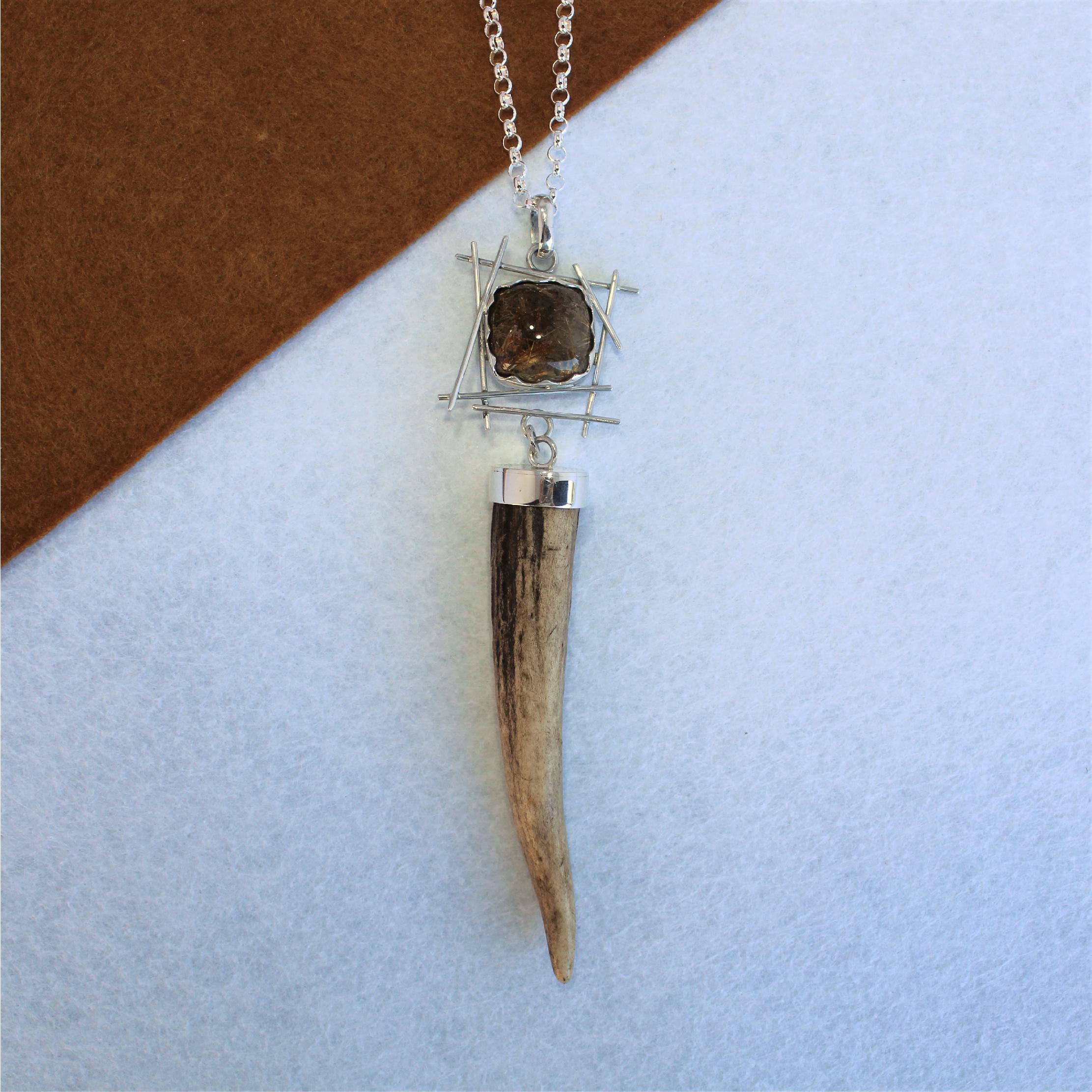 Colgante único en plata 925, cuarzo rutilado y punta de venado, joya cinegética