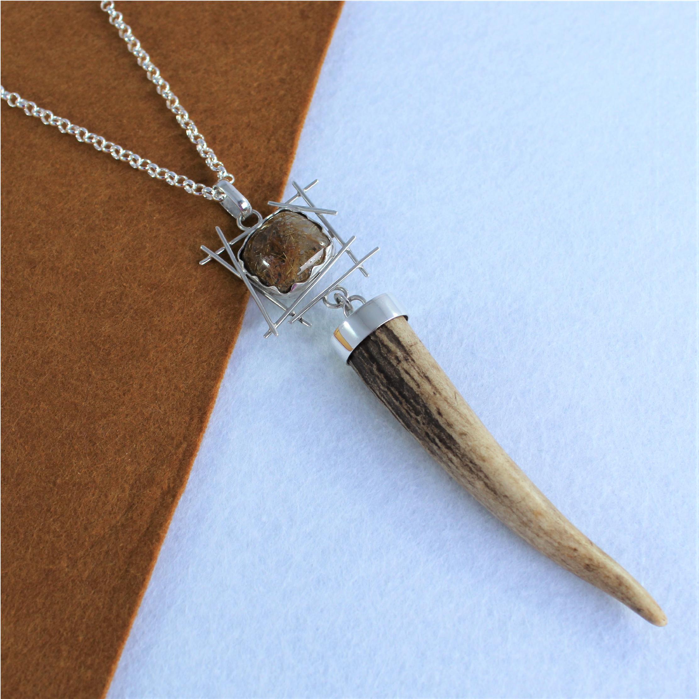 Colgante en plata de ley con cuarzo y punta de cuerno, joya de caza