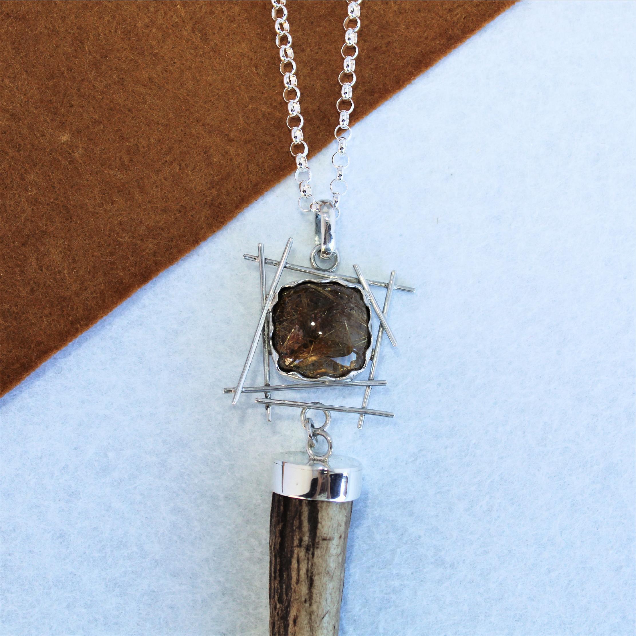 Colgante pieza única en plata de ley, cuarzo y punta de cuerno de ciervo, exclusivo de Quela