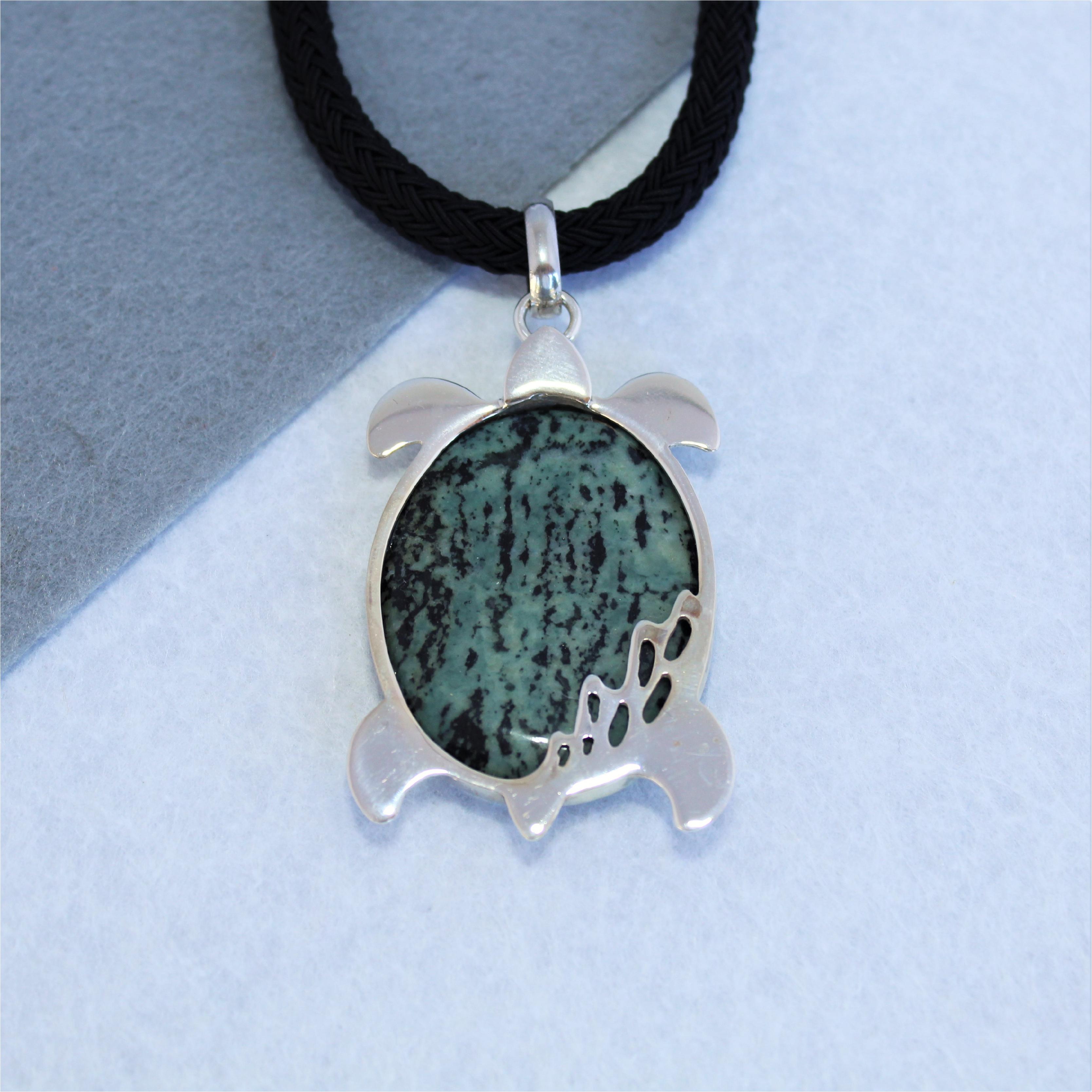 Colgante tortuga realizado en plata de ley 925 y jaspe verde. Exclusivo de Quela. Pieza única