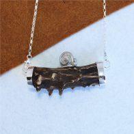 Collar con trozo de cuerno y plata de ley 925, detalle de caracol sobre cuerno, pieza única joya de caza