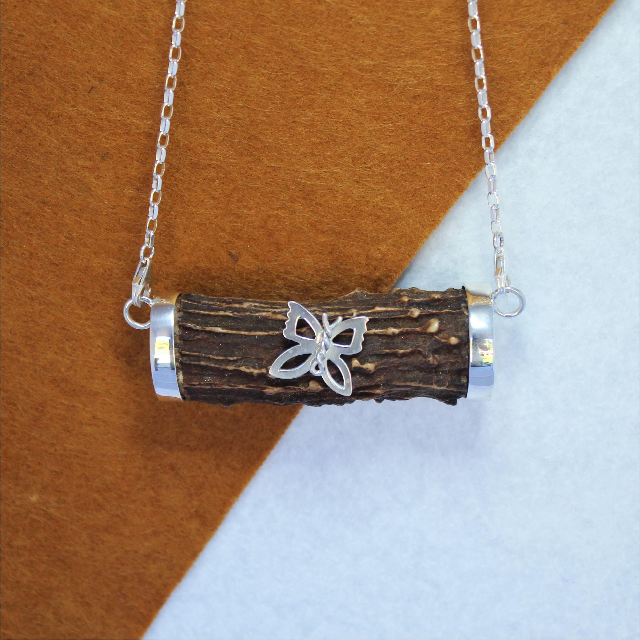 Collar cuerno de corzo con mariposa en plata 925, exclusivo de Quela