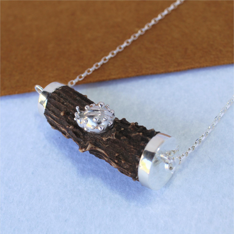 Collar cuerno de corzo con mariquita en plata 925, exclusivo de Quela joyas cinegéticas