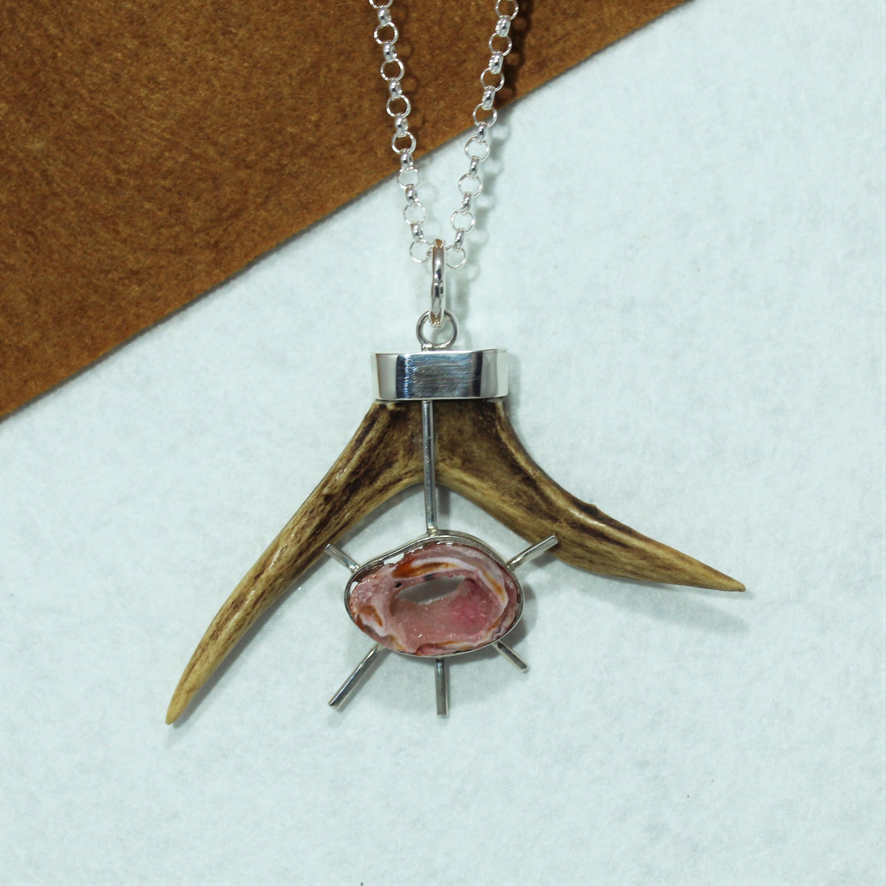 Colgante con puntas de cuerno, diseño realizado en plata de ley y geoda rosa. Pieza única