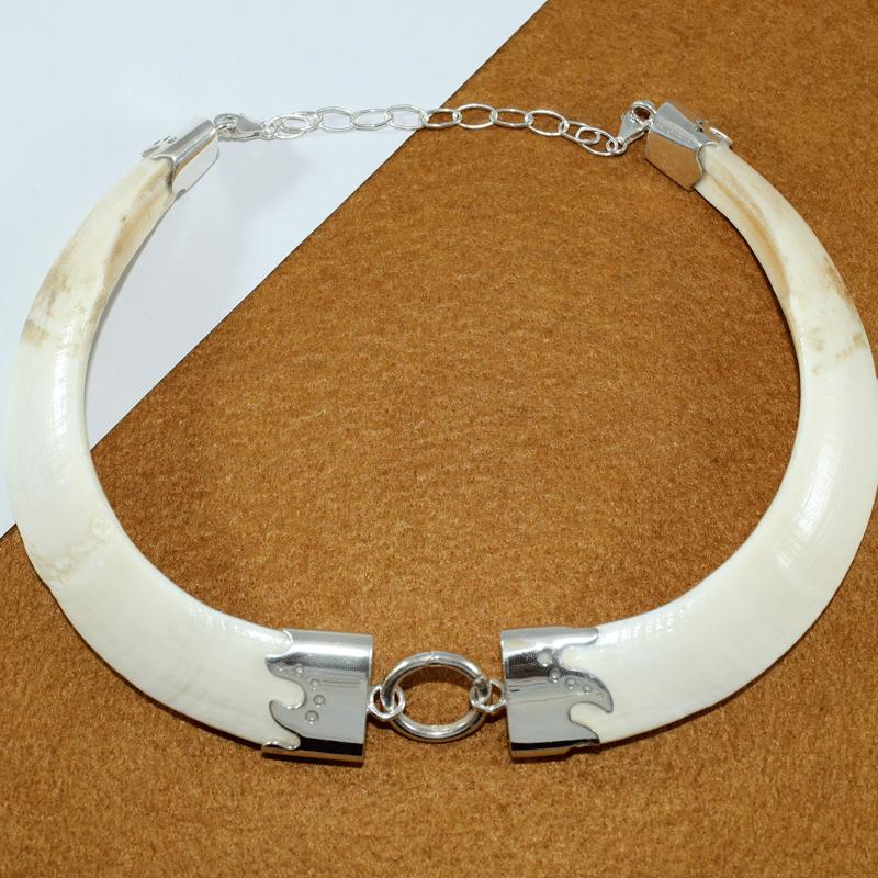 Collar con dos colmillos naturales de jabalí montado en plata de primera ley. Pieza única exclusiva de Quela