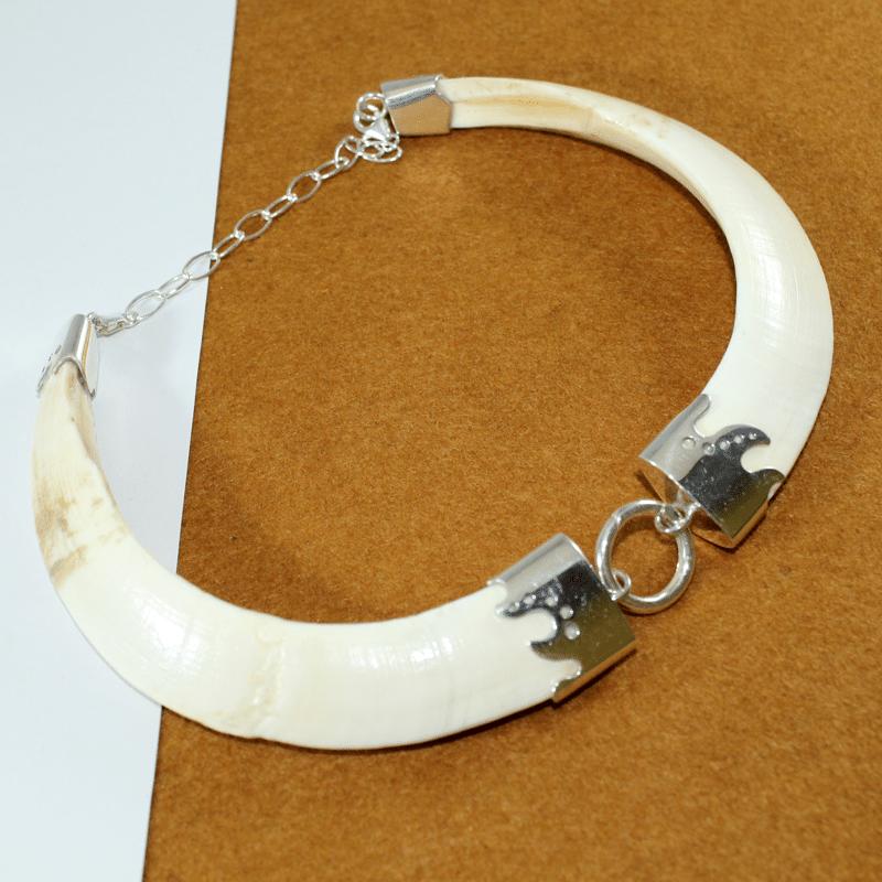 Collar con dos navajas naturales de jabalí montado en plata de primera ley 925. Pieza única exclusiva de Quela