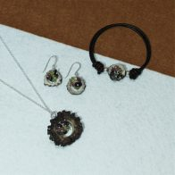 Conjunto de pulsera, pendientes y colgante, realizado con cuerno y racimo de turmalinas engarzadas en plata de ley 925. Exclusivo de Quela