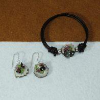 Conjunto de pulsera y pendientes realizado con cuerno, racimo de turmalinas engarzadas en plata de ley 925. Exclusivo de Quela
