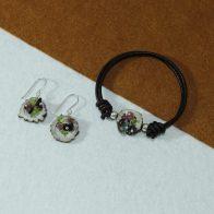 Conjunto de pulsera y pendientes realizado con rodajas de cuerno, racimo de turmalinas engarzadas en plata de ley 925. Exclusivo de Quela