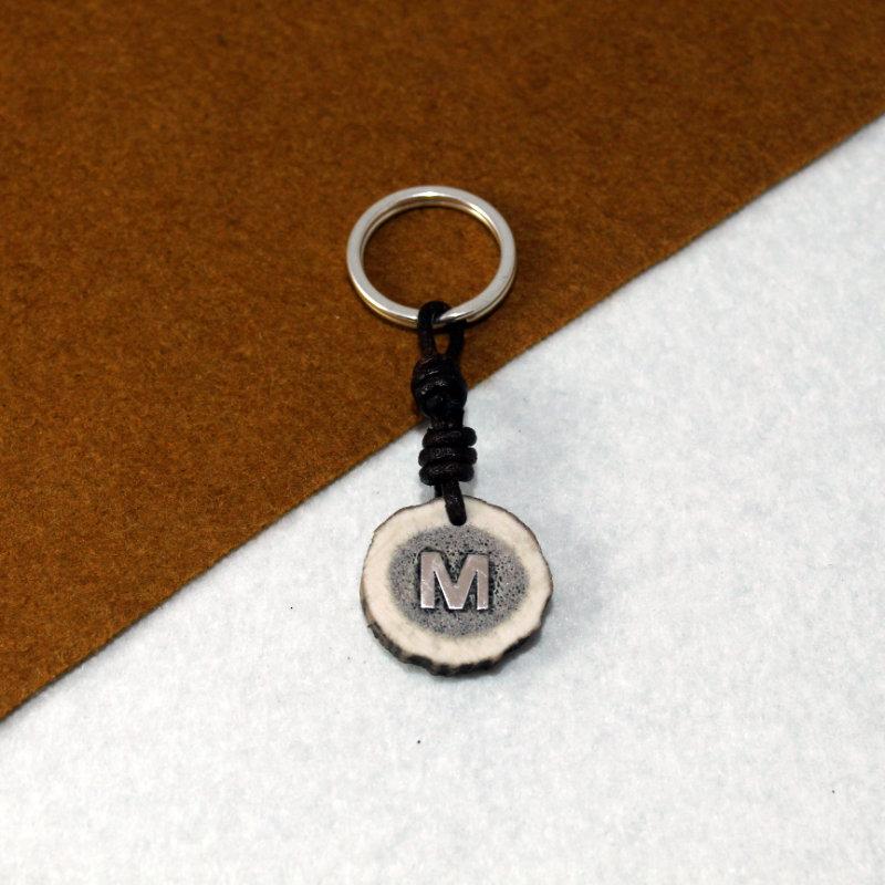 LLavero personalizad montado en plata de ley 925 con inicial y rodaja de cuerno. Exclusivo de Quela. Joyas hechas a mano