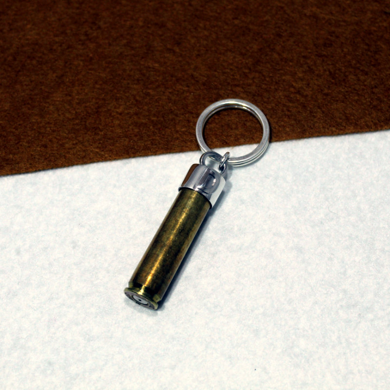 LLavero personalizad montado en plata de ley 925 con inicial y vaina de bala. Exclusivo de Quela