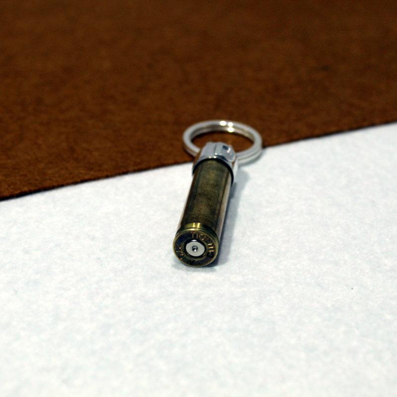 LLavero personalizad montado en plata de primera ley 925 con inicial y vaina de bala. Exclusivo de Quela
