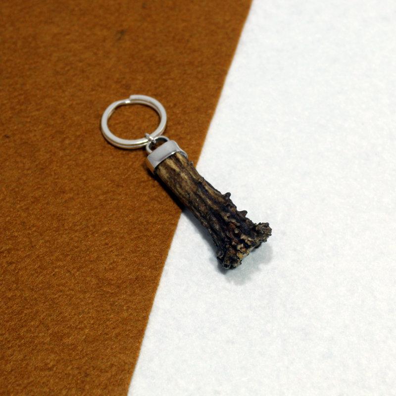 Llavero montado en plata de ley 925 con cuerno de corzo y culata de bala en la parte inferior. Pieza única exclusiva de Quela