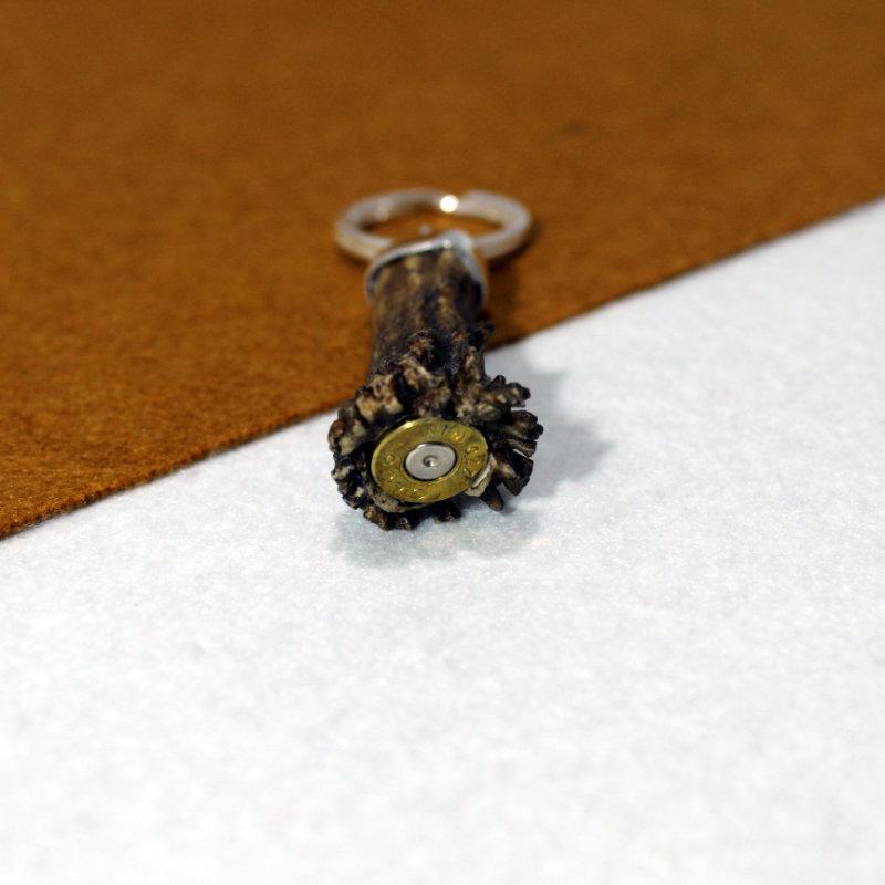 Llavero montado en plata de ley 925 con cuerno de corzo y culata de vaina en la parte inferior. Pieza única exclusiva de Quela