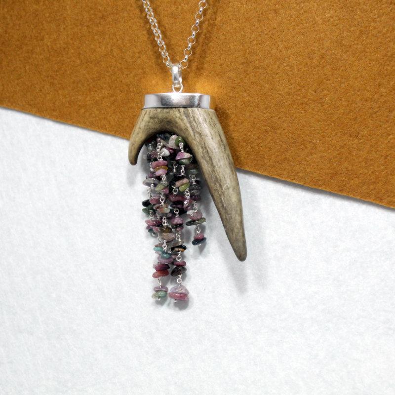 Colgante pieza única realizada en plata de primera ley 925 con cascada de turmalinas. Diseño exclusivo de Quela, hecho a mano. Tamaño 9cm