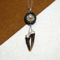 Colgante pieza única realizado en plata de ley 925 con roseta y puntas de cuerno. Flor en plata 925 con perla. Tamaño 10cm. Diseño exclusivo de Quela