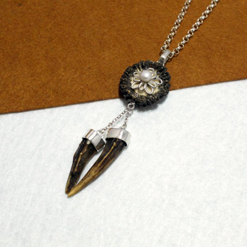 Colgante pieza única realizado en plata de ley 925 con roseta y puntas de cuerno. Flor en plata 925 con perla. Tamaño 10cm