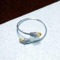 Pulsera rígida realizada en plata de ley 925 con perlas de ciervo. Realizado artesanalmente. Diseño exclusivo de Quela
