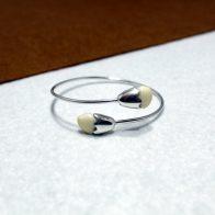 Pulsera rígida realizada en plata de ley 925 con un acabado brillante y perlas de ciervo. Hecho a mano. Diseño exclusivo de Quela