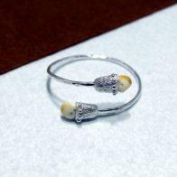 Pulsera rígida realizada en plata de ley con perlas de venado. Realizado artesanalmente. Diseño exclusivo de Quela